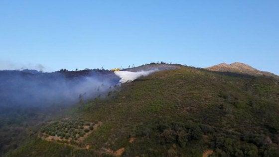 Incendio sopra Cogoleto, all'opera Canadair e elicottero