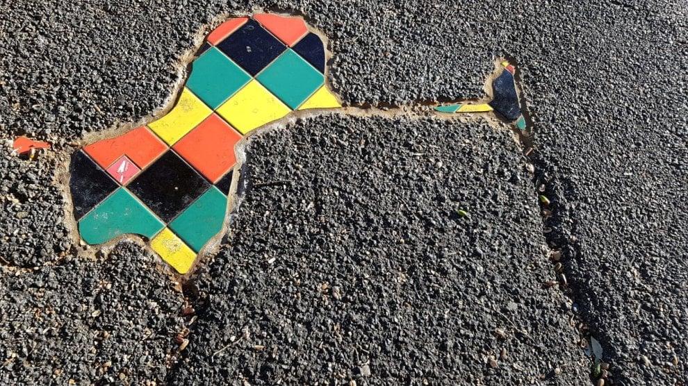 Genova, le buche stradali diventano opere d'arte