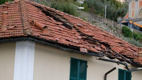 Avegno e Uscio devastate, volati via i tetti di asilo e scuola
