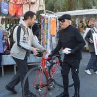Attenti al ladro, il segretario Spi-Cgil si traveste da furfante al mercato di Sanremo