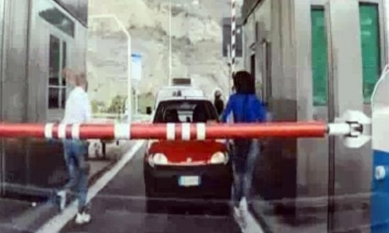 Passeur ha 17 migranti in furgone, arrestato