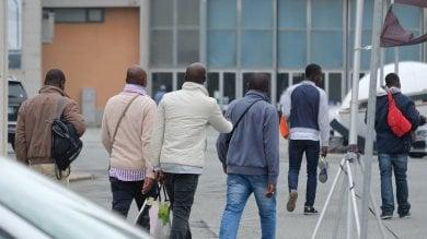 """Genova, i migranti tornano in Fiera,  la Prefettura: """"Stop arrivi nel capoluogo"""""""