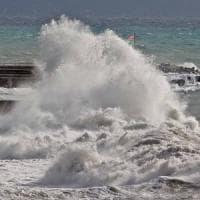 Liguria, vento forte e mareggiate, chiusa l'Aurelia a Sestri Levante