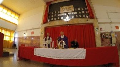 Bagnasco celebra messa tra i camalli  per il lavoro in porto    Video