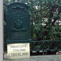 Sant'Ilario, sulla casa di Grillo la targa: