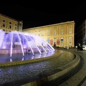 Genova, la fontana di De Ferrari si colora di luci bianche e rosse