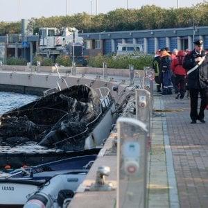 Loano, yacht in fiamme al porto: tre morti. Una donna si salva lanciandosi in acqua