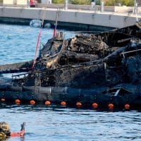 Loano, incendio all'alba in uno yacht: le operazioni dei vigili del fuoco