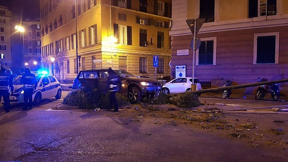 Genova, incidente in Carignano: auto contro un palo