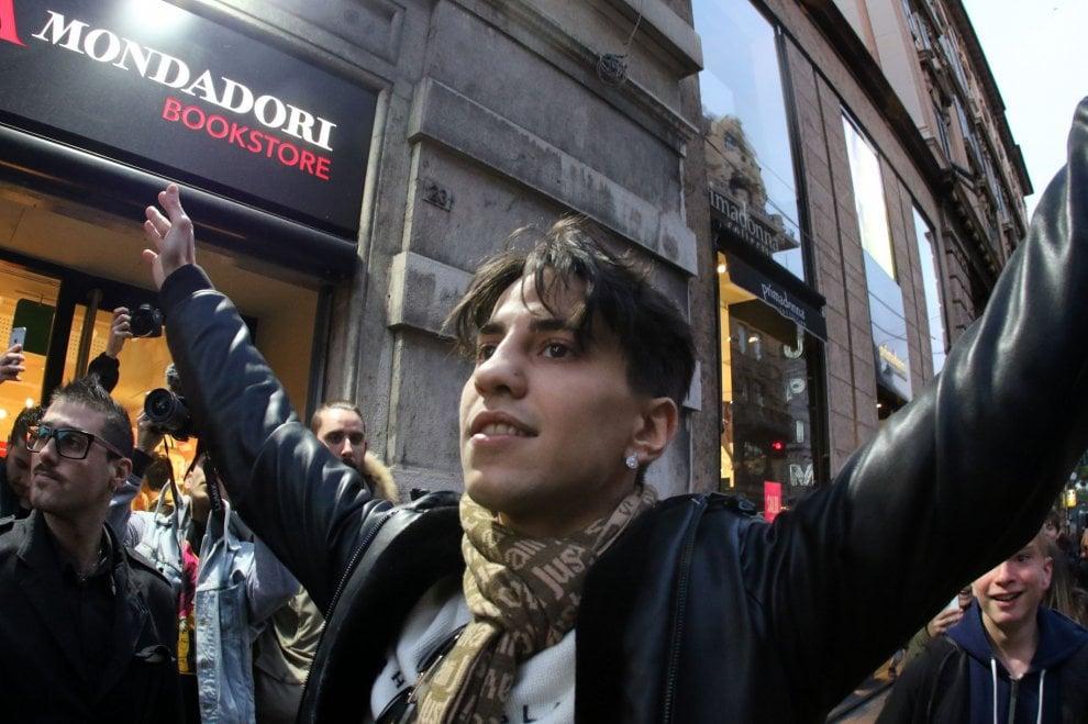 Tedua alla Mondadori di Genova, l'assalto dei ragazzini