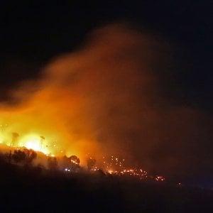 Genova, la pista del piromane per l'incendio di Pegli, denunciato un capocantiere per incendio colposo a Nervi