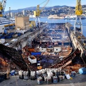 Principio d'incendio sui resti della Concordia a Genova