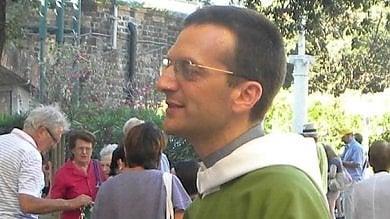 Il don a favore dei gay censurato dal vescovo. Ma la sinistra lo difende