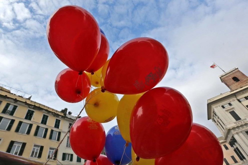 Genova, referendum lavoro Cgil, palloncini in piazza Matteotti