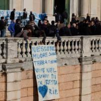 Ragazzo suicida a Lavagna: dalla famiglia manifesti per ringraziare la Finanza