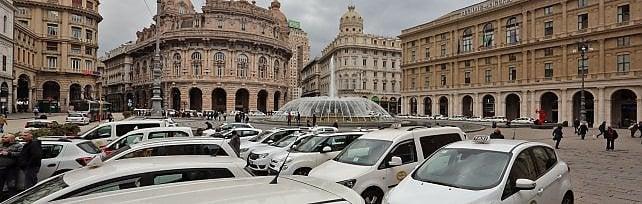Blocco taxi, presidio in piazza De Ferrari  Ora il servizio riprende