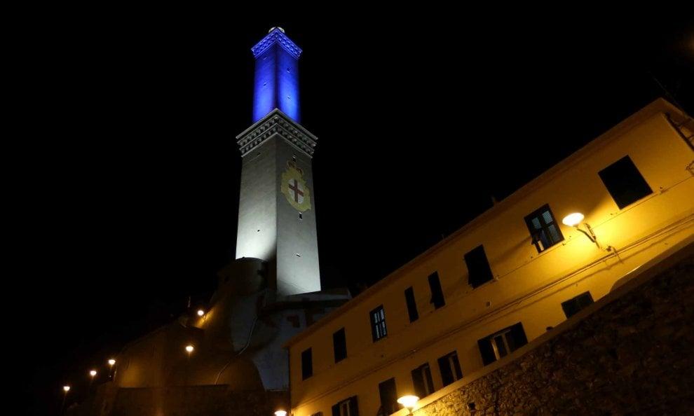 Giochi di luce e la Lanterna di Genova cambia colore