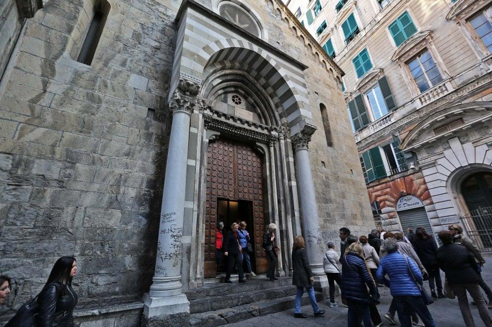 Genova, lo scempio dei palazzi storici coperti da graffiti