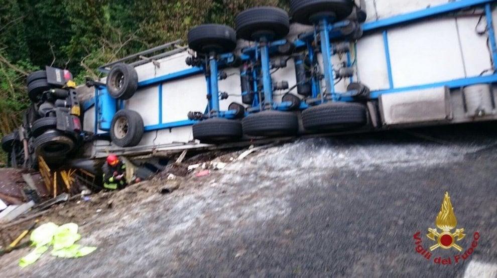 Savona, tir sbanda e travolge operai in autostrada: le immagini dell'incidente