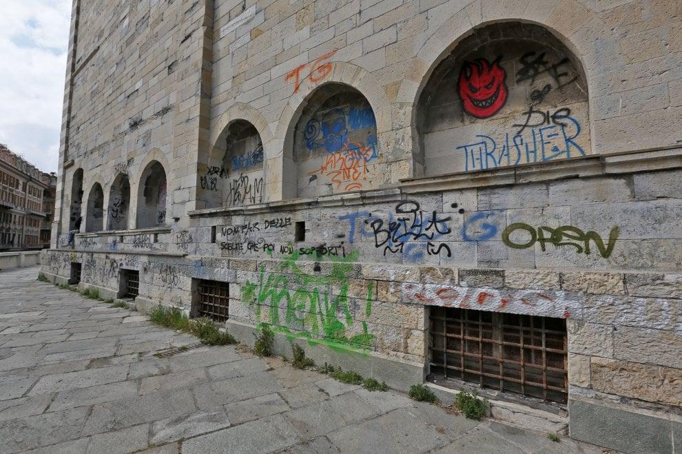 Genova, scritte e graffiti sull'abbazia di Santo Stefano