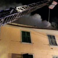 Genova, brucia la casa nella notte, genitori lanciano figlio di sette anni da finestra: ...