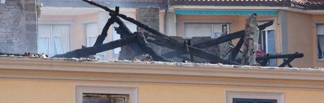 Casella, giù dalla finestra per sfuggire  al rogo della casa, muore bimbo di 7 anni    Video