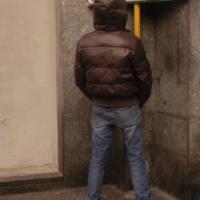Genova, fa pipì fra i turisti in piazza De Ferrari, multa a ventenne