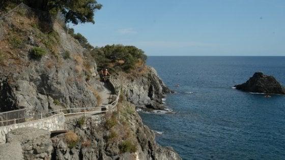 Tragedia a Monterosso, turista ventenne cade sulla scogliera e muore