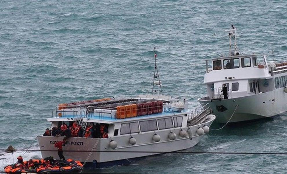 Traghetto incagliato sugli scogli alle Cinque Terre