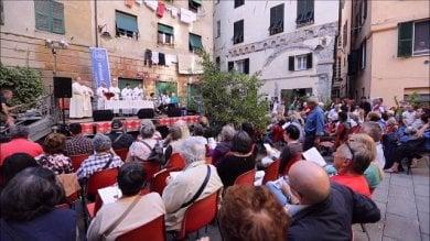 Don Rito, il parroco dell'accoglienza celebra messa in piazza per don Gallo