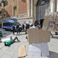 Genova, i migranti protestano davanti alla Prefettura