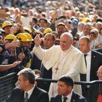 Il Papa accolto all'Ilva da applausi e cori da stadio