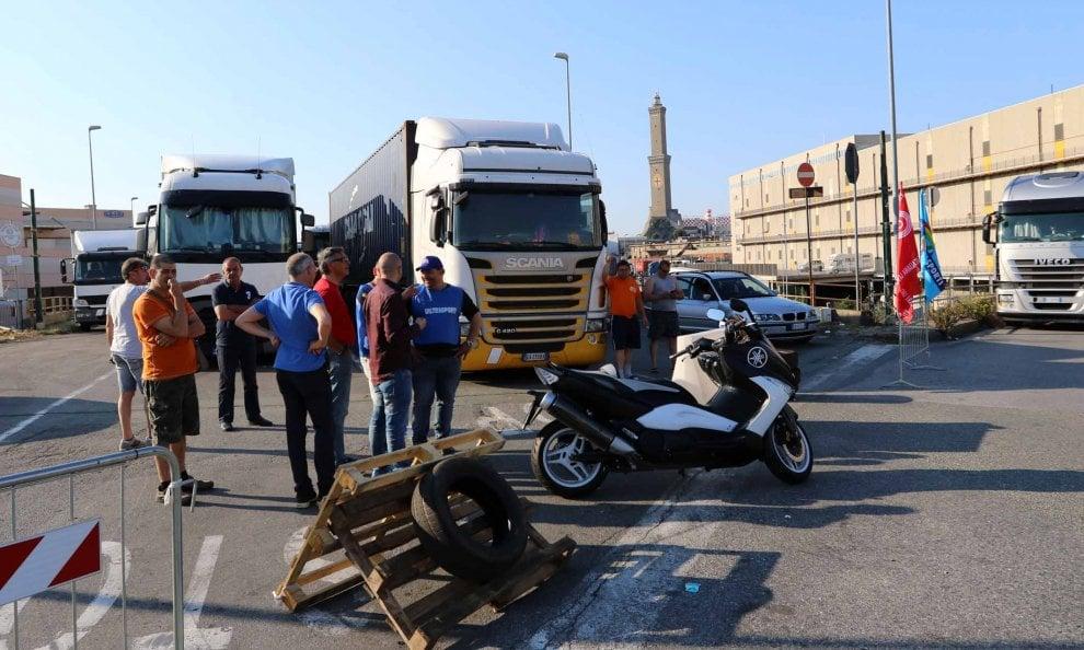 Genova, i Tir bloccano i varchi portuali, traffico in tilt
