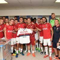 Genoa, maglia celebrativa donata a Totti