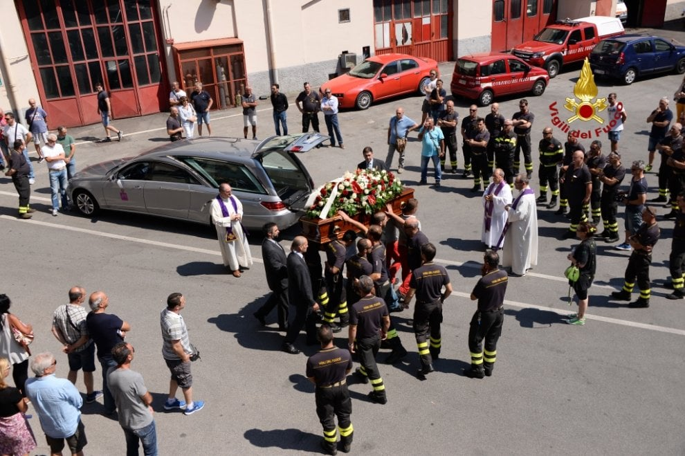 Genova, al comando i funerali del vigile del fuoco sommozzatore