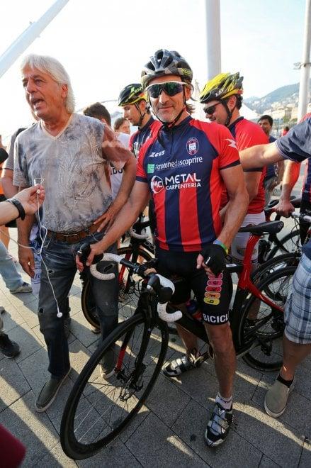 Davide Nicola in bici al Porto Antico di Genova
