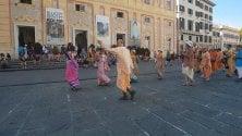 Gli Hare Krishna ballano a De Ferrari