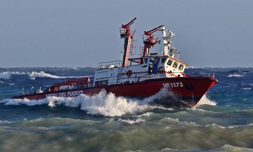 Mareggiata, la nave dei vigili del fuoco in mezzo alle onde