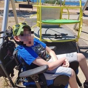 Il sindaco chiude l'altalena per disabili, la mamma di un bimbo protesta