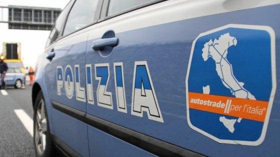 Genova,  coppia sbalzata da moto su A26, lei muore
