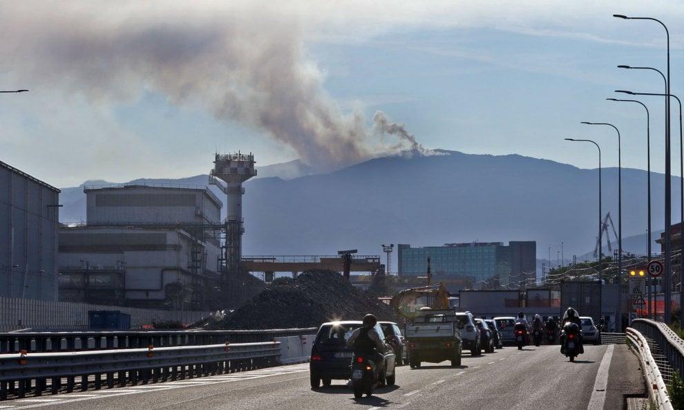 Incendi, bruciano le alture del Ponente genovese