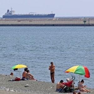 A Pegli e Multedo bagni  fuorilegge.  Petroliere vicine a riva  senza boe di protezione