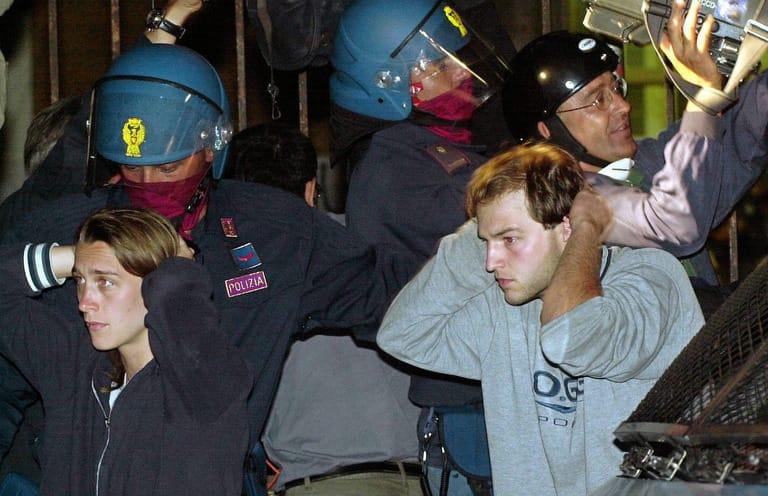 """""""Radiate quei poliziotti"""": proteste contro il rientro dei condannati della Diaz"""