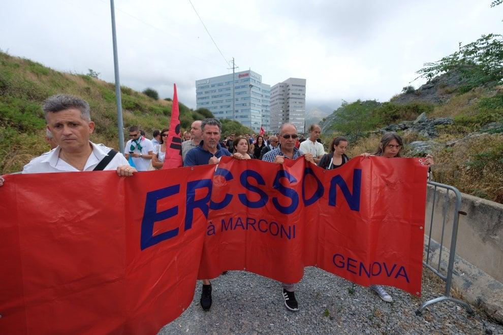 Ericsson, la protesta agli Erzelli contro i licenziamenti via mail, bloccato il casello dell'autostrada