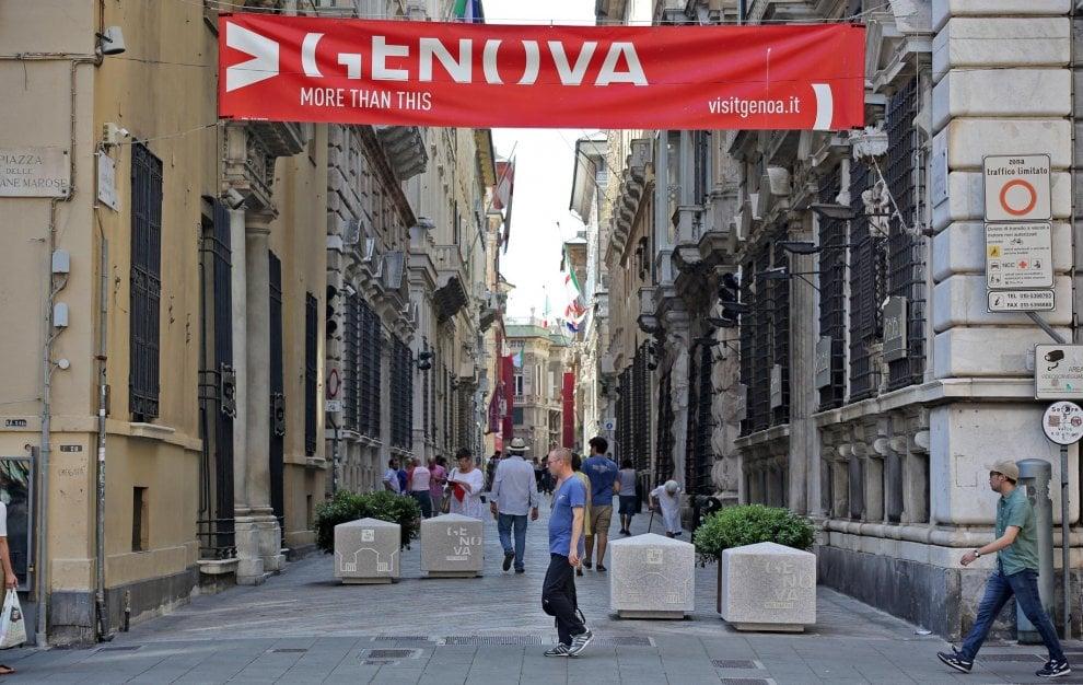Genova, il sindaco Bucci mette le fioriere al posto dei new jersey anti-terrorismo