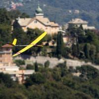 Il modellino in volo su Genova