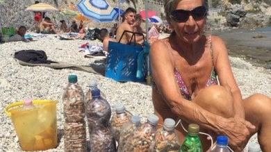 Varigotti, la battaglia di Paola  contro le cicche in spiaggia  video