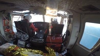 Bimba cade in piscina, soccorsa  dai vigili del fuoco con l'elicottero