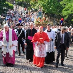 """L'omelia pronunciata alla Madonna della Guardia , tra i temi i problemi del lavoro e la crisi Il cardinale Angelo Bagnasco alla Guardia(leoni) """"Le famiglie sono in difficoltà, alle prese […]"""