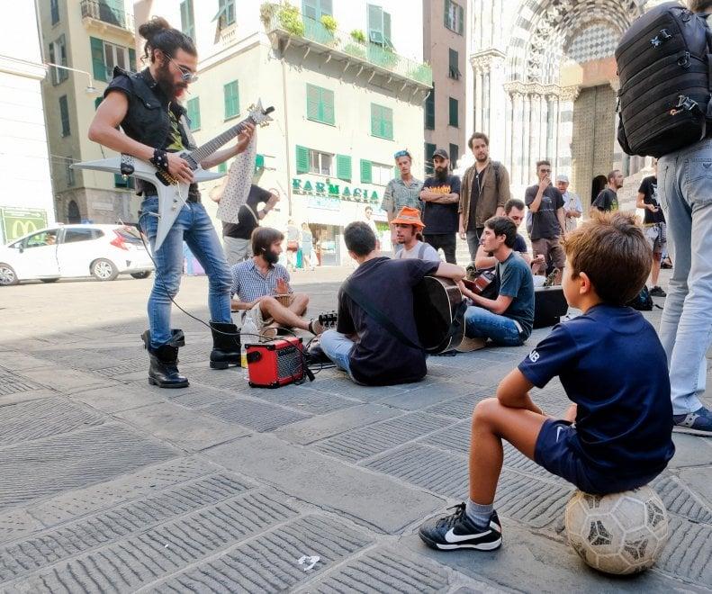 """Artisti di strada, spettacolo a Genova contro la """"giuria"""""""